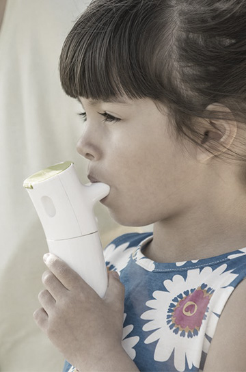 child using InnoSpire Go nebulizer